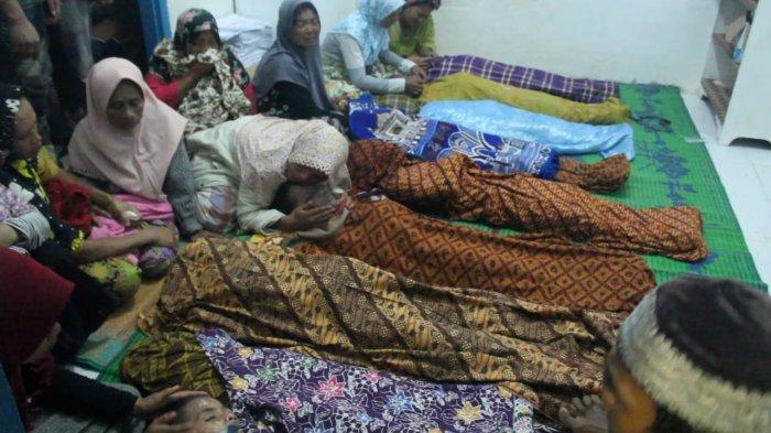 siswa pesantren korban banjir bandang di mandiling natal