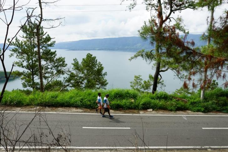 Togu Simorangkir Jalan Kaki Keliling Samosir