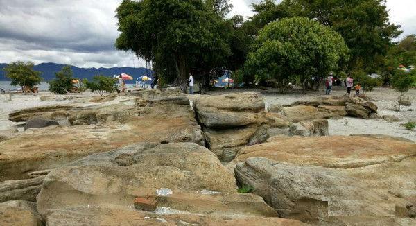 endapan batu di pantai batu hoda