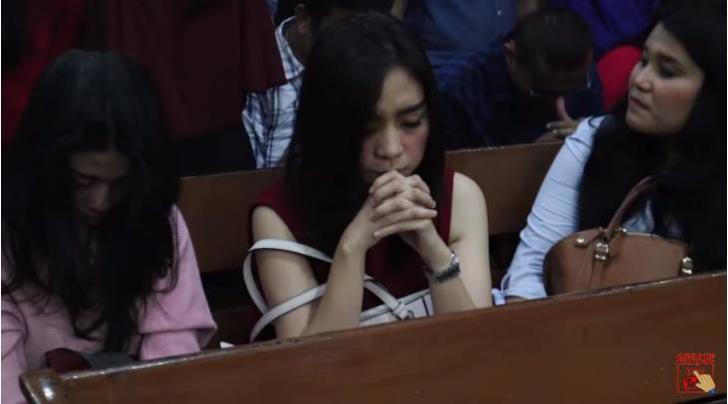 Remaja berdoa di gereja