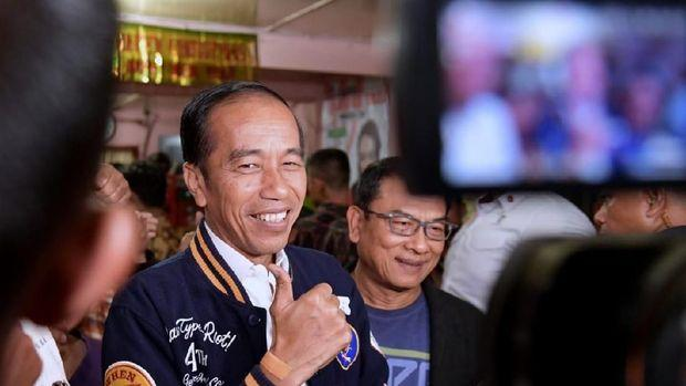 Jokowi minum kopi di Balige