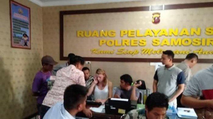 Kedua Wisatawan Mancanegara saat berada di Mapolres Samosir (Facebook Kabar Samosir)