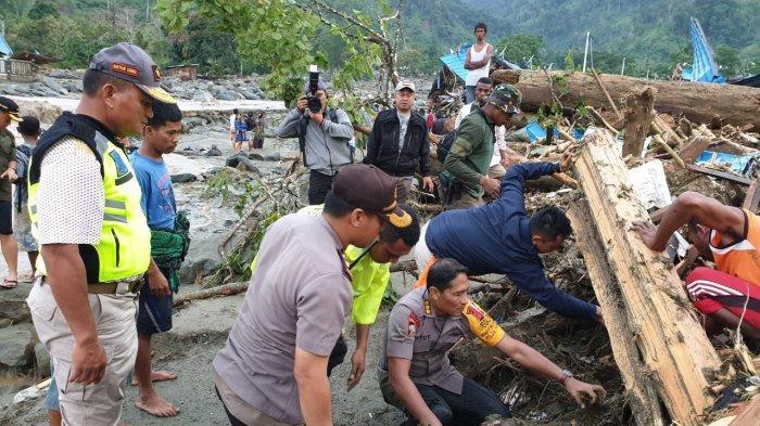 Kapolda papua bantu evakuasi korban banjir di papua